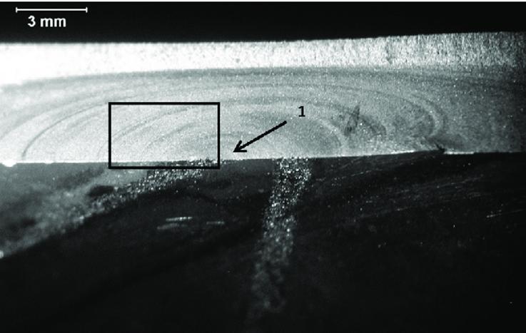 Beachmark-Formen auf einer Bruchfläche. Die gekrümmten kreisförmigen Linien sind in der Ausbreitungszone entstanden.